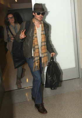 Йен и Нина в аэропорту LAX [26 декабря]