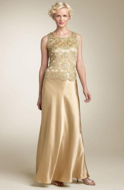 Данное вязаное вечернее платье в оригинале отделано бусинами, которые вплетаются в полотно в процессе вязания