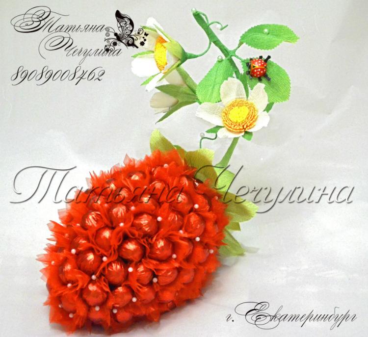 """Букет из конфет """"Клубничка"""" - ярко-красный,клубника,ягодка из конфет,подарок девушке"""