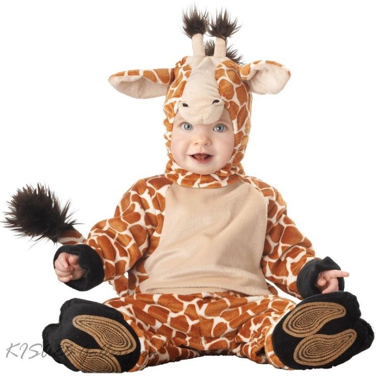 Карапузы и малыши постарше в карнавальных костюмах.