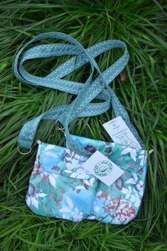 ...так же непромокаемые сумочки для важных мелочей:) в наличии серенькие...