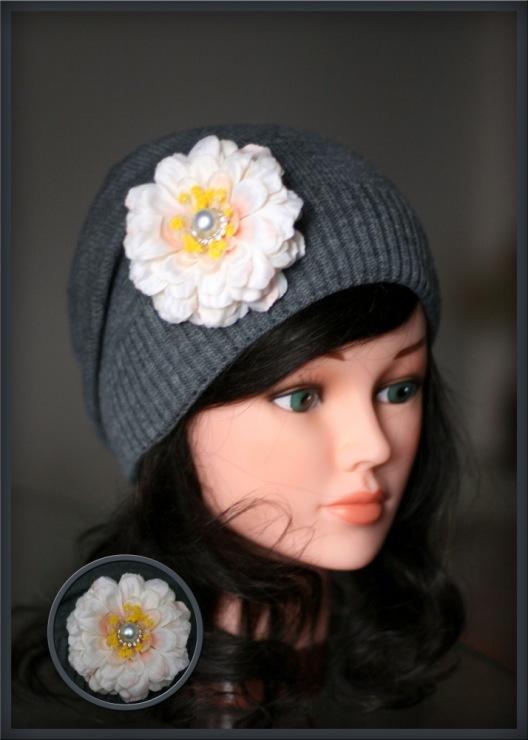Gallery.ru / Удлин.серая шапка с кремовой цинией 500руб - ВЯЗАНЫЕ...