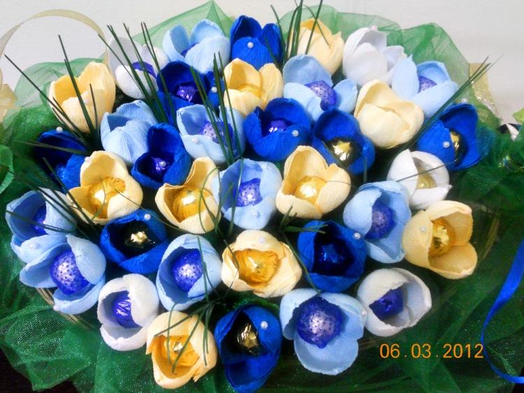 Цветы из конфет из гофрированной бумаги своими руками видео