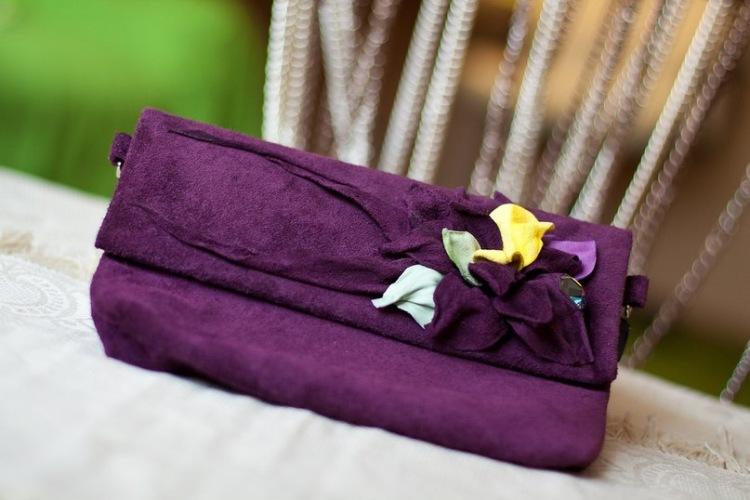 Клатчи из нежной итальянской замши и кожи, чистых ярких цветов, декорированы уникальными брошами с