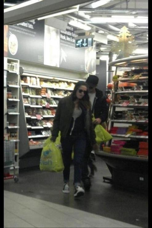 РобСтен замечены в супермаркете Лондона